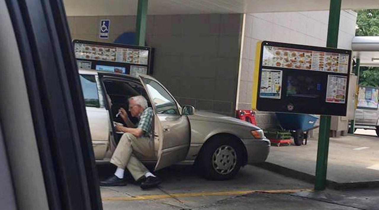 Viral, Potret Kakek Renta Suapi Istri Es Krim Bikin Terharu